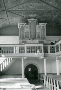 Kirche, Blick zur Orgel (Orgel ohne seitliches Schleierwerk)