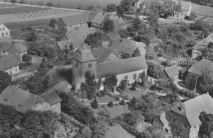 Kirche mit Ort, Luftbild, 1937