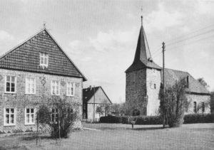 Pfarrhaus und Kirche, Ansicht von Südwesten, Postkarte, um 1955, Foto: Foto Posseckel, Bockenem