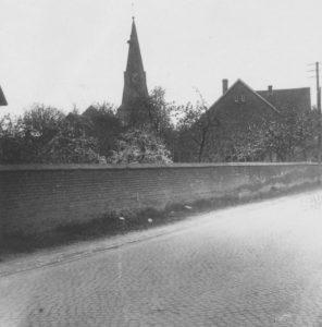 Kirche (links), Pfarrhaus (rechts), Ansicht von Osten, 1951