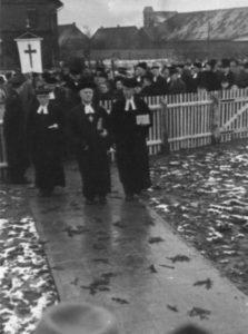 Einweihung des Gemeindezentrums am 3.12.1950, die Geistlichen auf dem Weg zum Gemeindezentrum, an der Spitze Landessuperintendent Detering