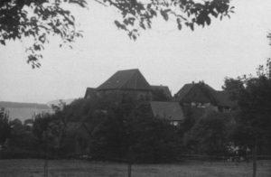Kirche im Dorf, Ansicht von Ferne, Kirche, Ansicht von Südosten (?), um 1953