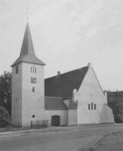 Kirche, Ansicht von Nordwesten, Foto: Ernst Witt, Hannover, Oktober 1951