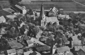 Kirche, Ansicht von Südwesten, mit Ort, Luftbild