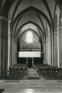 Kirche, Blick zur Orgel (mit Stühlen im Kirchenschiff)