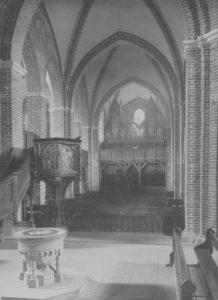 Kirche, Blick zur Orgel (mit Bänken im Kirchenschiff), um 1920