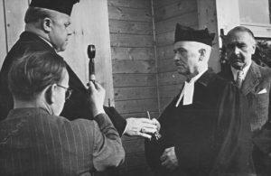 Einweihung der Kapelle am 7. Oktober 1951, Landesbischof Lilje übergibt Pastor Fleming den Schlüssel