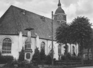Kirche, Ansicht von Nordosten, 1948 (mit Gefallenendenkmal)