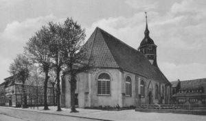 Kirche, Ansicht von Nordosten, Postkarte, Fotograf: R. Meyer, Bremervörde (ohne Gefallenendenkmal)
