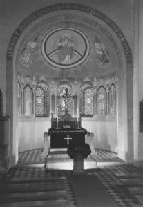Kirche, Blick in den Altarraum, 1952