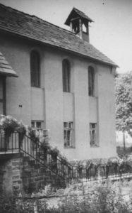 Schulhaus mit Kapellenraum im Obergeschoss, Ansicht von Nordwesten, um 1953