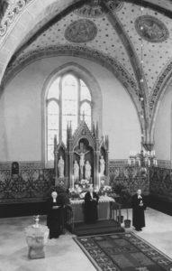 Kirche, Blick in den Chorraum mit dem neugotischen Altaraufsatz, 1951