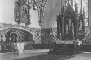 Kirche, Blick in den Chorraum mit dem neugotischen Altaraufsatz und dem Rokokoaltar an der Nordwand, vor 1964