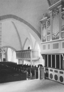 Kirche, Blick zur Westempore, mit der Orgel an der Nordseite des Chorraumes