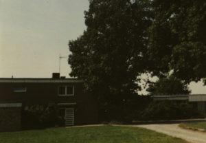 Gemeindehaus, 1980 (Kirche 1984/85 als Erweiterung des Gemeindehauses errichtet, das sich nach Süden an die Kirche anschließt)