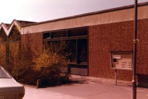Kirche (links), Gemeindehaus (rechts), Außenansicht, 1980