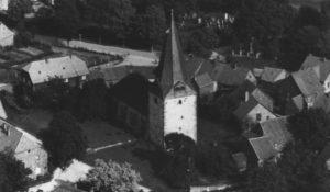 Kirche, Ansicht von Nordwesten (?), Luftbild, um 1960