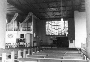 Kirche, Blick in den Altarraum, 1968