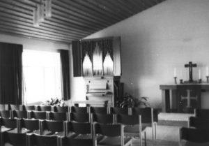 Gemeindehaus, Kirchsaal von 1973, Blick zum Altar und zur Orgel, vermutlich 1978