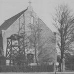 Wiederaufgebaute Kirche, Ansicht von Nordwesten, vor der Westfassade Glockenstuhl aus Holz (links vom Portal), vor 1955
