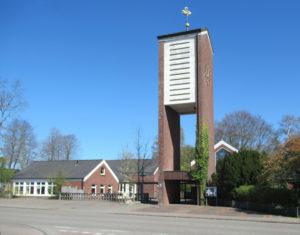 Glockenturm, dahinter Kirche, Ansicht von Südwesten, 2020, Foto: Fritz Fröse