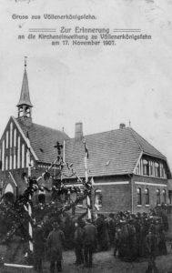 Kirche (links) und Pfarrhaus (rechts), Ansicht von Südosten, 1907, Postkarte