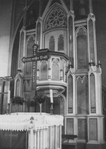 Altar-Block mit dem Altarkreuz und Kanzelaltar, Teilansicht, vor 1978