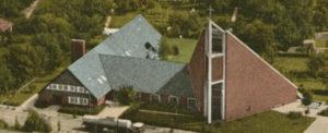 Gemeinde- und Pfarrhaus (links), Kirche (rechts), Ansicht von Südwesten, Luftbild, nach 1967