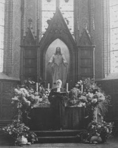 Altaraufsatz, davor Superintendent Rudolf Wilhelm Gossmann, 1920