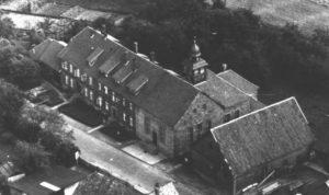 Kirche, Außenansicht, Luftbild, um 1960, (Kirche in der Mitte des Fotos)