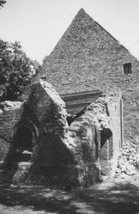 Kirche und zerstörter Glockenturm, Teilansicht von Südwesten, vor 1949