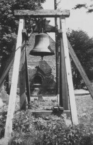 Kirche, zerstörter Turm und Behelfsglockenstuhl, Ansicht von Westen, vor 1949
