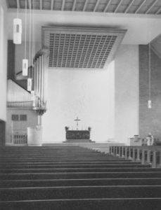 Neue Martin-Luther-Kirche (erbaut 1954–58), Blick zum Altar und zur Orgel, Foto: Ernst Witt, Hannover, 1959
