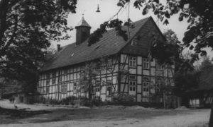 Kapelle (linker Gebäudeteil), ehemalige Schule (rechter Teil), Außenansicht, um 1953