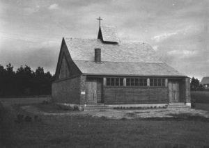 """Kirche, Außenansicht, um 1954, Aus dem Fotoalbum """"Kirchliche Gebäude in Kirchenkreis Emsland-Bentheim"""", Band 2, um 1954"""